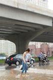 En flicka som korsar Pham Hung Road Arkivfoton