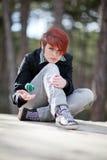 En flicka som leker med en boll Arkivfoton