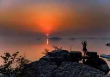En flicka som poserar för solnedgången royaltyfri fotografi