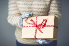 En flicka som rymmer en ask med en julklapp Arkivbilder
