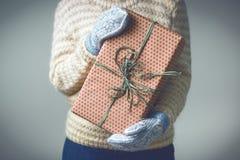 En flicka som rymmer en ask med en julklapp Arkivfoto