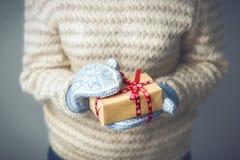 En flicka som rymmer en ask med en julklapp Royaltyfri Bild
