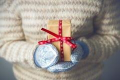 En flicka som rymmer en ask med en julklapp Royaltyfria Foton