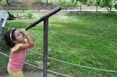 En flicka som ser himlen fotografering för bildbyråer