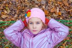 En flicka som ser upp och svänger i en hängmatta Arkivfoton