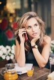 En flicka som talar på telefonen arkivfoto