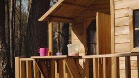 En flicka spelar i en treehouse lager videofilmer