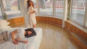 En flicka står bredvid en sova grabb lager videofilmer