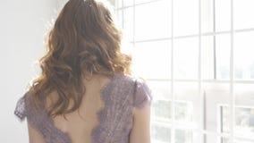 En flicka står på fönstret och ser arkivfilmer
