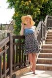 En flicka står på trappan Arkivfoto