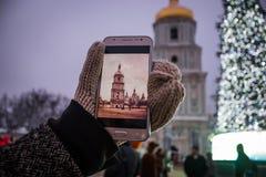En flicka tar bilder på telefonen kyrkan royaltyfri foto