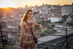En flicka tycker om hennes tid i Porto Royaltyfri Bild