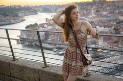 En flicka tycker om sikten på Porto Royaltyfri Fotografi