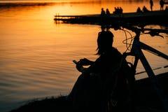 En flicka vilar på flodbanken arkivbilder