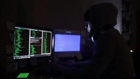 En flickaen hacker på datoren lager videofilmer