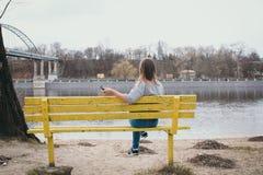 En flickahippy på flodbanken som poserar och ler Royaltyfri Fotografi