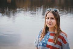 En flickahippy på flodbanken som poserar och ler Fotografering för Bildbyråer