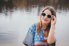 En flickahippy på flodbanken som poserar och ler Arkivbilder