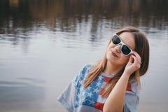 En flickahippy på flodbanken som poserar och ler Royaltyfri Foto