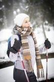 En flickalängdlöpning i en snöig skog Royaltyfria Bilder