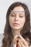 En flickastående med smycken på en panna royaltyfri fotografi