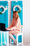 En flickastudent som arbetar med bärbara datorn Flickafreelancer med en dator i en hemmiljö Kvinnaser online-köparen Arkivbild