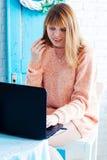 En flickastudent som arbetar med bärbara datorn Flickafreelancer med en dator i en hemmiljö Kvinnaser online-köparen Royaltyfri Fotografi