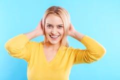 En Flirty jonge vrouw die stellen lachen stock afbeelding