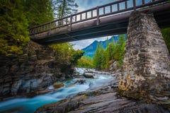 En flod flödar till och med den Arkivbilder