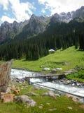 En flod i bergen Arkivfoton