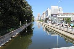 En flod i staden tianjin Kina Royaltyfri Foto