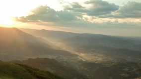 En flod och en dal under solnedgång arkivfoton
