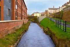 En flod och en bro fotografering för bildbyråer