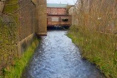 En flod och en bro arkivbilder