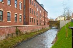 En flod och en bro Arkivfoto