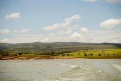 En flod och ett landskap arkivfoton
