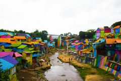 En flod på Jodipan den Colorize byn Royaltyfri Foto
