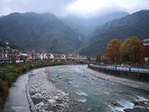 En flod som fl?dar till och med den Yingxiu byn av det Sichuan landskapet fotografering för bildbyråer