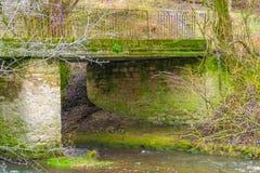 En flodstrandbild av den Hisley bron en gammal packhästbro över floden arkivfoto