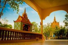 En flodstrandtempel av Kampot, Cambodja Royaltyfri Bild
