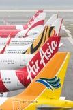 En flotta av den budget- trafikflygplanet hyvlar på KLIA2 Arkivfoton
