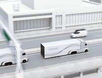 En flotta av själv-körande elektriska halva lastbilar som kör på huvudvägen arkivbild