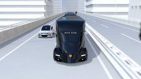 En flotta av själv-körande elektriska halva lastbilar som kör på huvudvägen stock video