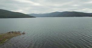 En fluga över Mavrovo sjön arkivfilmer