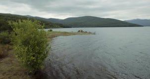 En fluga över Mavrovo sjön lager videofilmer