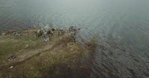En fluga över Mavrovo sjön stock video