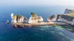 En flyg- sikt av den gamla Harry Rocks längs den Jurassic kusten med kristallklart vatten och vita klippor under en disig himmel arkivbilder