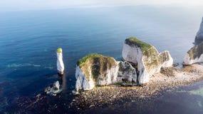 En flyg- sikt av den gamla Harry Rocks längs den Jurassic kusten med kristallklart vatten och vita klippor under en disig himmel royaltyfria foton