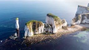 En flyg- sikt av den gamla Harry Rocks längs den Jurassic kusten med kristallklart vatten och vita klippor under en disig himmel royaltyfri fotografi