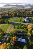 En flyg- sikt av en ballong för varm luft som svävar över den Vermont landssidan Arkivbild